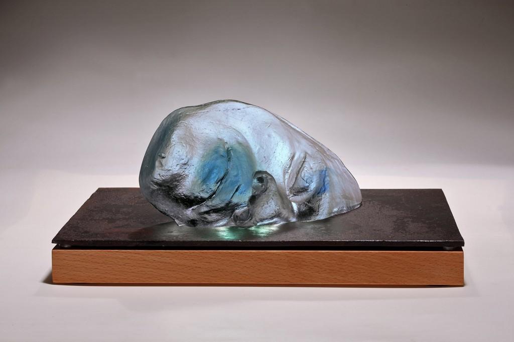 le Bouddha Endormi  - 2010 - 9,6 x 20,3 x 5,3 cm (avec socle bois & métal : 23 x 32 x 3,5 cm) | 5 kg Pâte de verre thermoformée